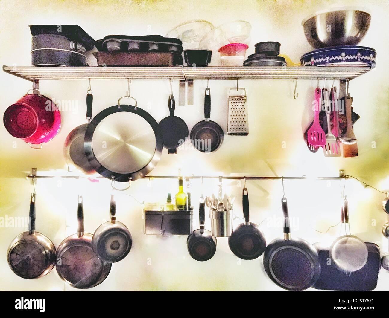 Utensili da cucina su una parete Foto & Immagine Stock: 310998885 ...