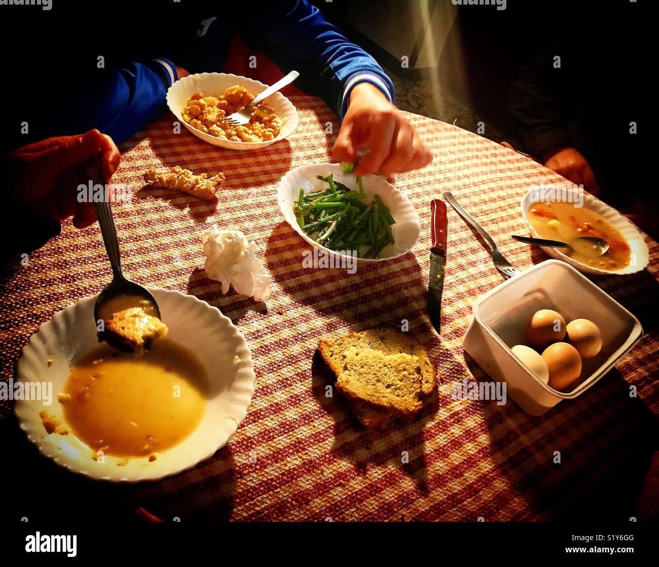 La gente mangia in una casa a Prado del Rey, Cadice, Andalusia Immagini Stock