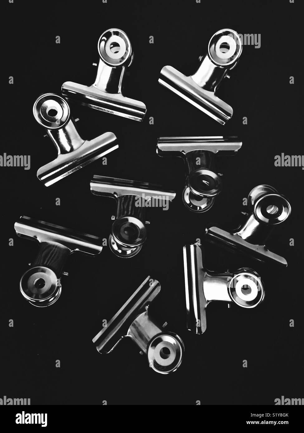 Fermagli per carta su sfondo nero Foto Stock