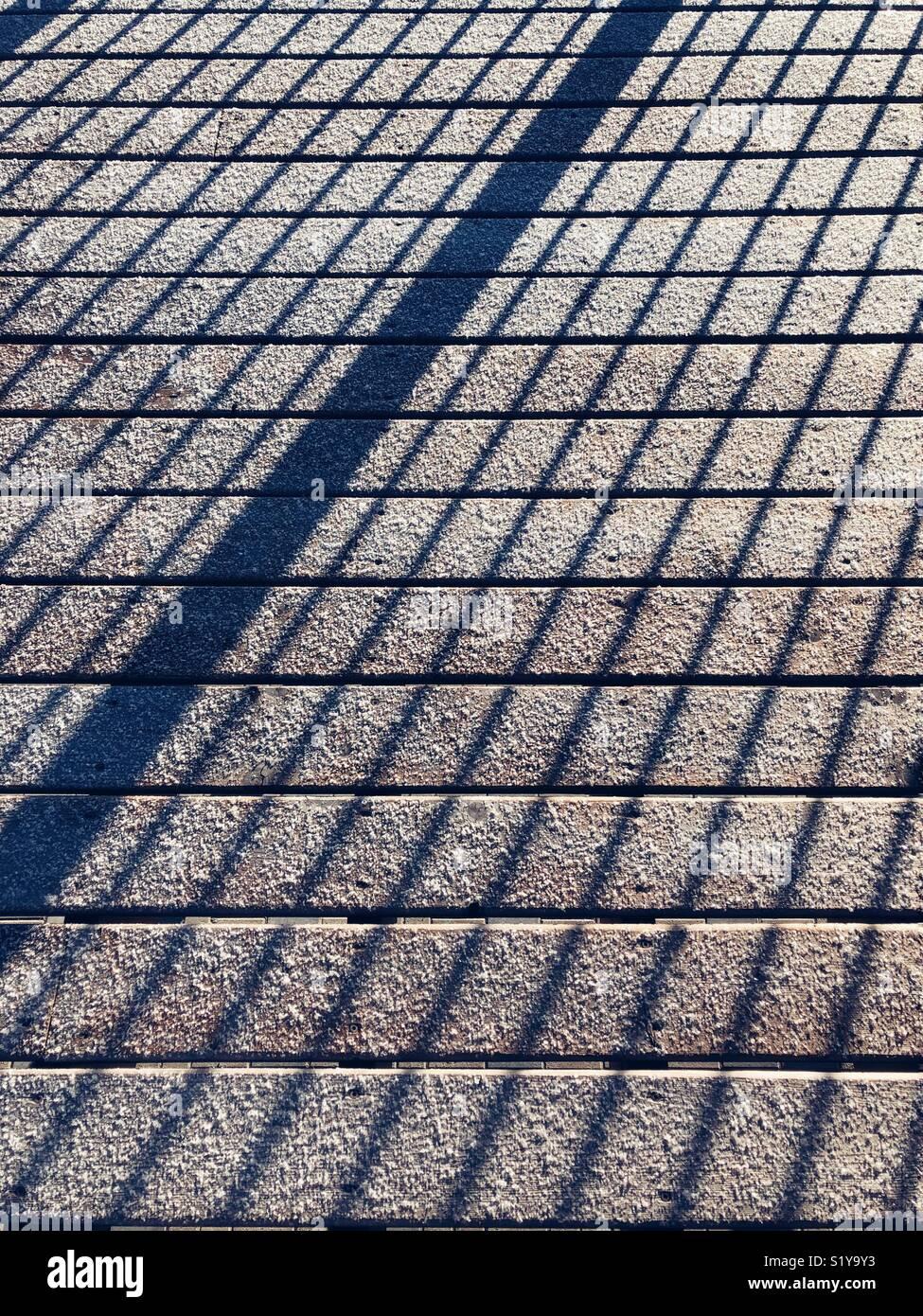 Abstract di ombre in tutta ricoperta di brina ponte di legno pannelli facendo un modello geometrico Immagini Stock