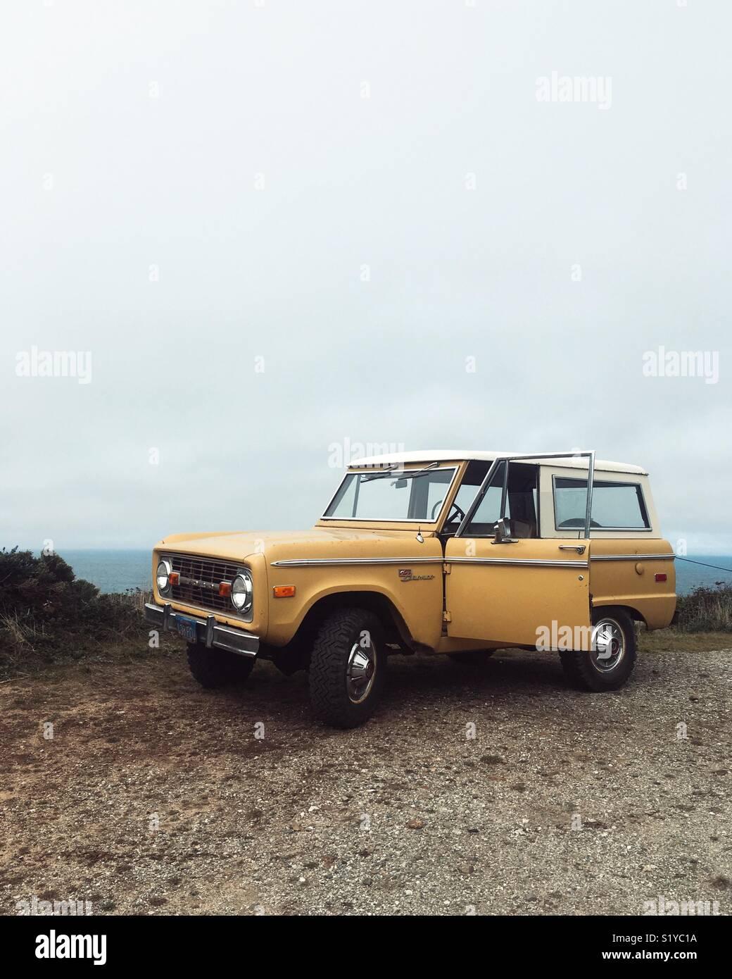 Un vintage Ford Bronco presso la costa della California. Immagini Stock