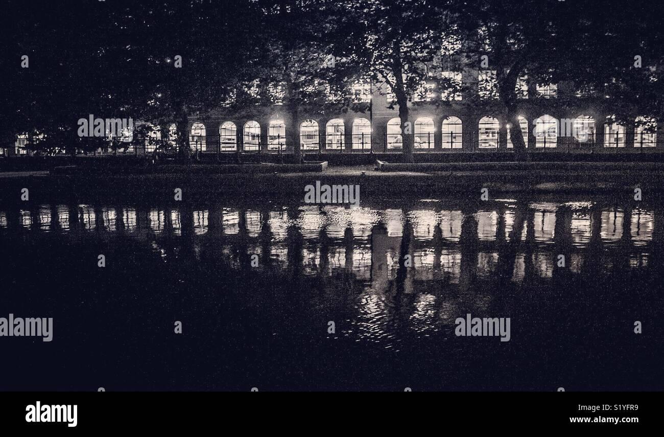 In bianco e nero sul fiume. Immagini Stock