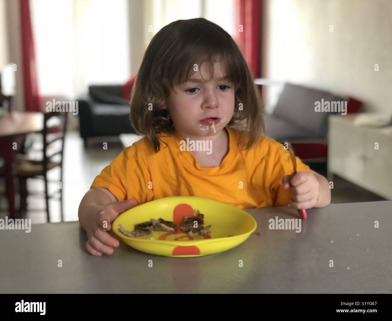 Bambino di mangiare a casa Immagini Stock