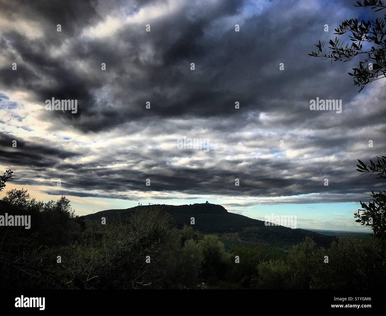 Una tempesta la raccolta di oltre il castello di Matrera in Prado del Rey, Sierra de Cadice, Andalusia, Spagna Immagini Stock