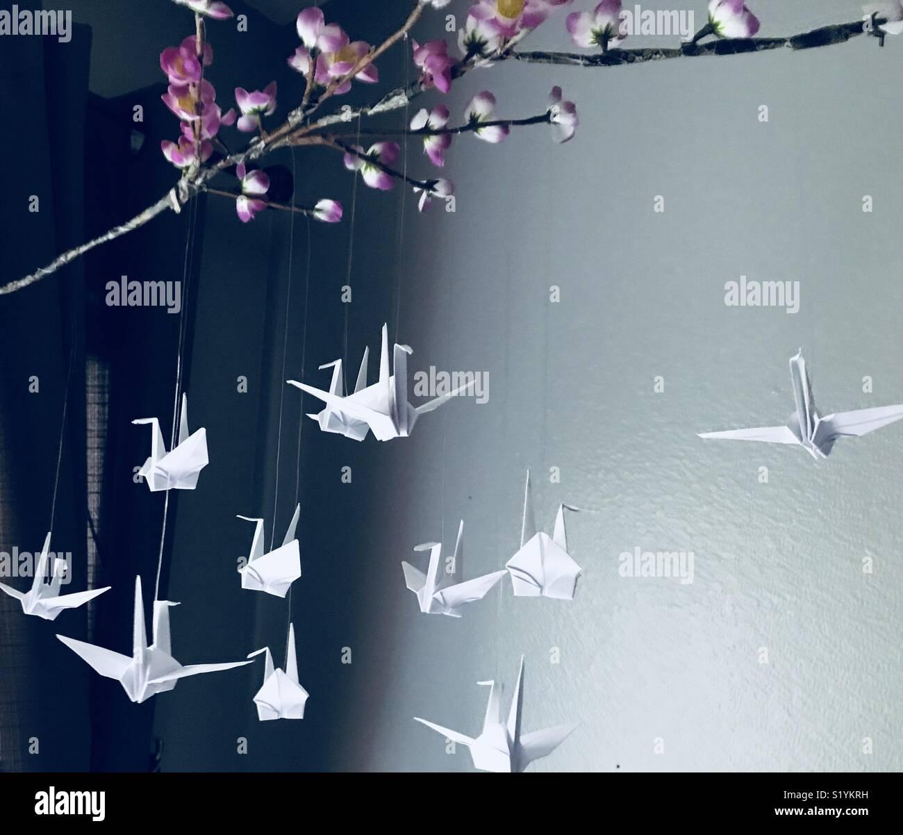 Creare un mobile utilizzando carta origami piegatura. Immagini Stock