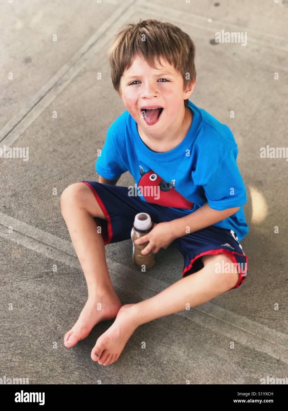 Little Boy con la lingua fuori Immagini Stock