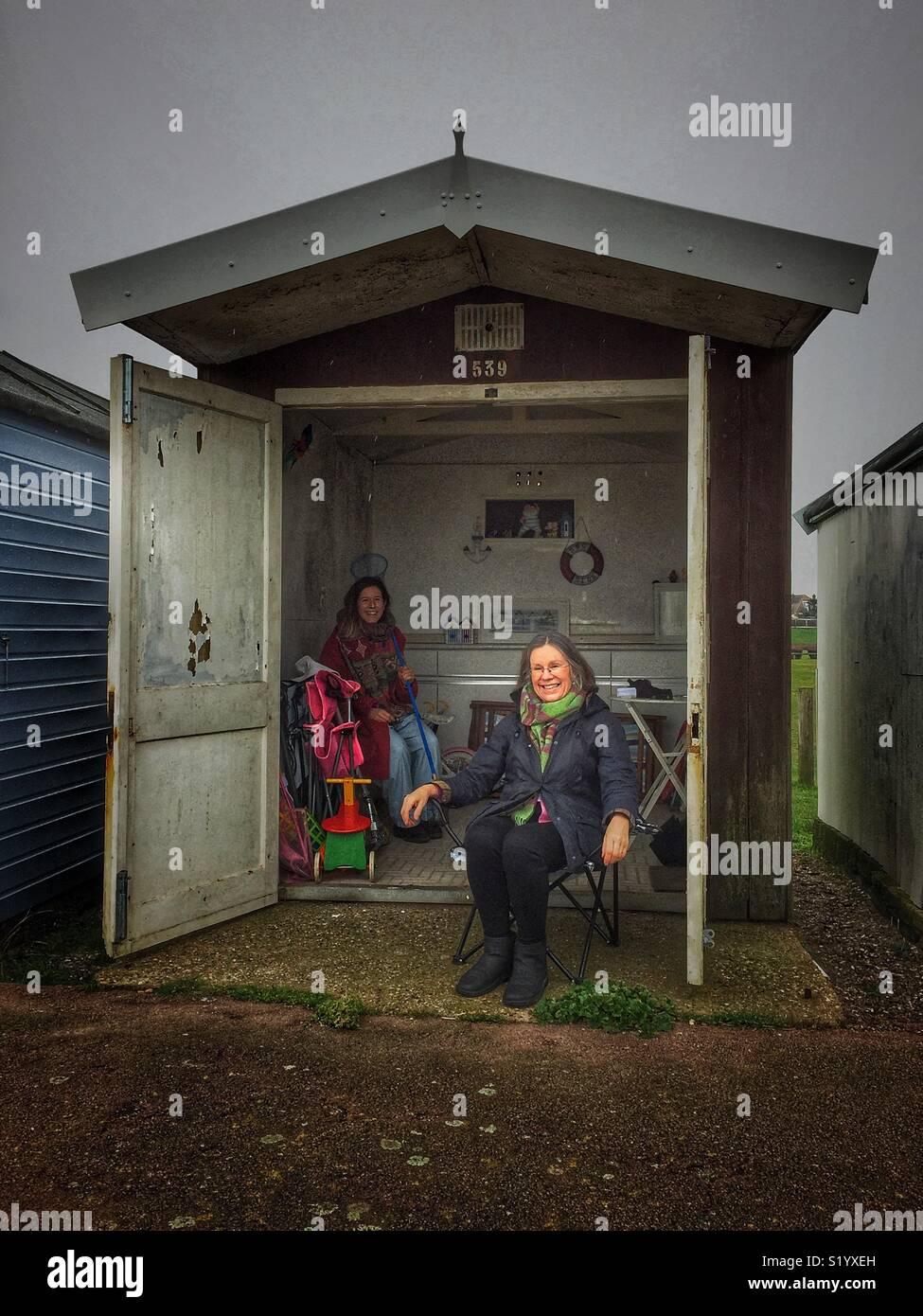 Due donne in un capanno sulla spiaggia Immagini Stock