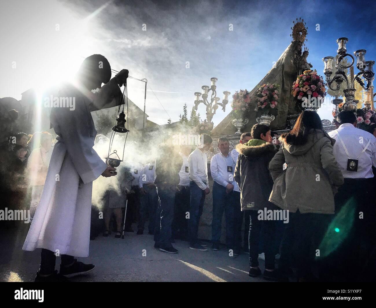 Un chierichetto si sparge incenso durante una processione della Madonna del Carmelo in Prado del Rey, Sierra de Cadice, Andalusia, Spagna Immagini Stock