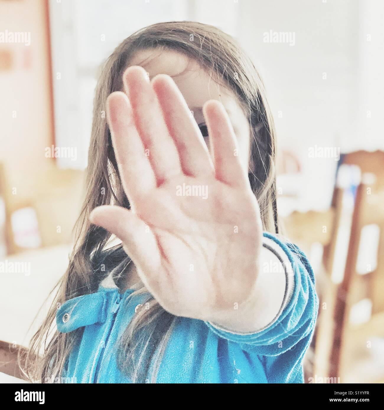 Sgranate, ariosa foto della ragazza giovane bloccando la fotocamera con la mano mentre ottenere g foto scattata Immagini Stock