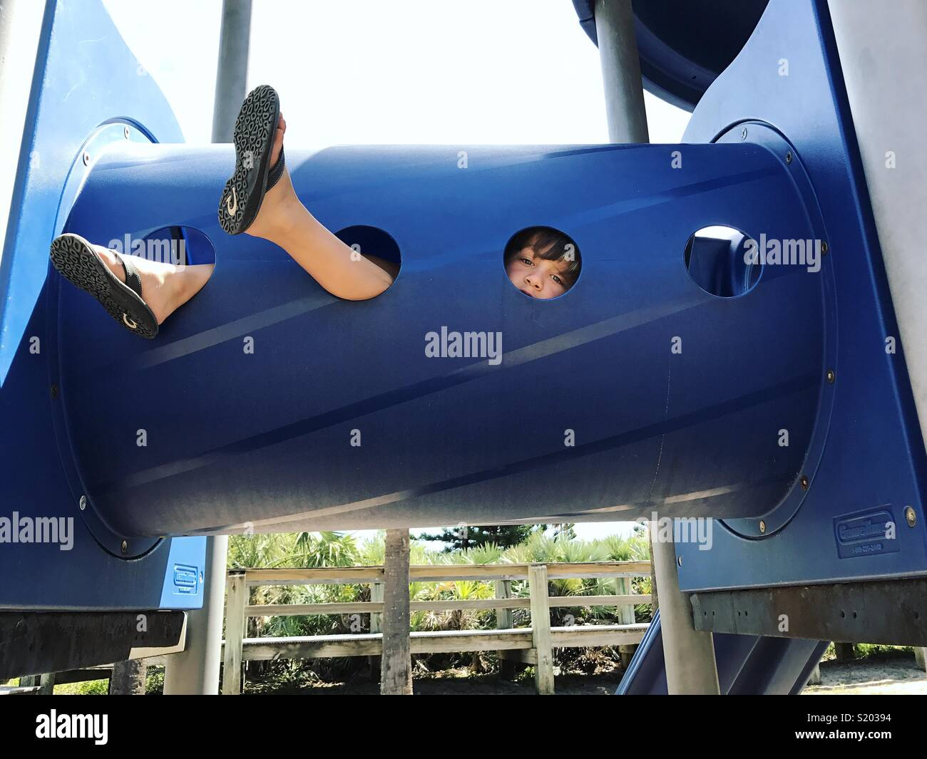 Ragazzo giocando a park nel tunnel Immagini Stock