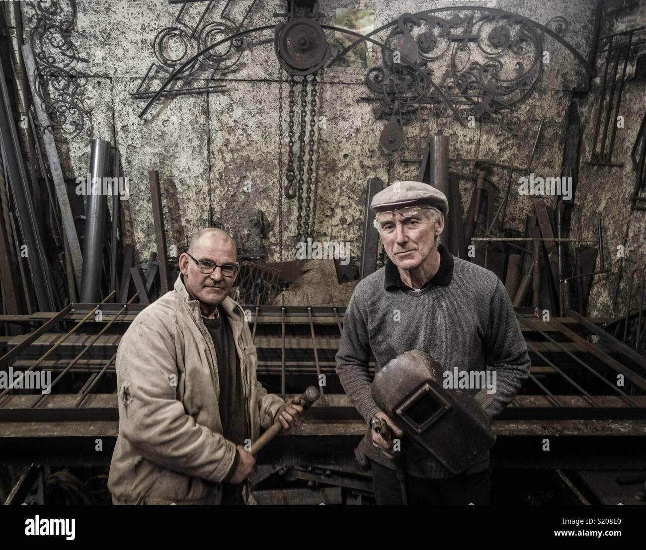 Peter Clutterbuck, Designer fabbro e uno del suo compagno di squadra al suo Southsea workshop Immagini Stock