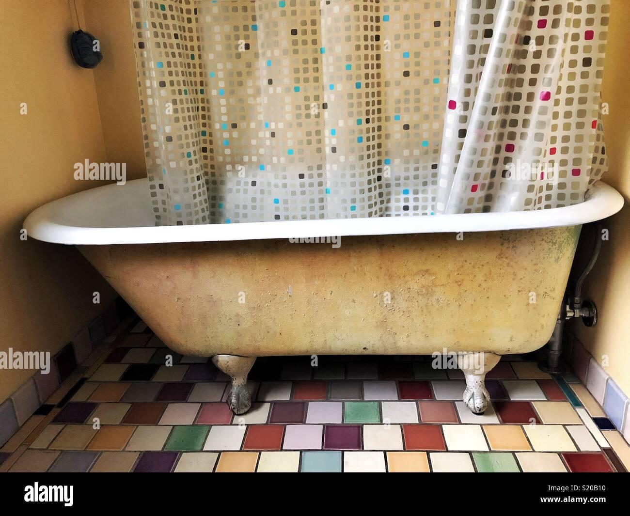 Vasca Da Bagno Retro : Vintage piede artiglio vasca da bagno sul moderno pavimento