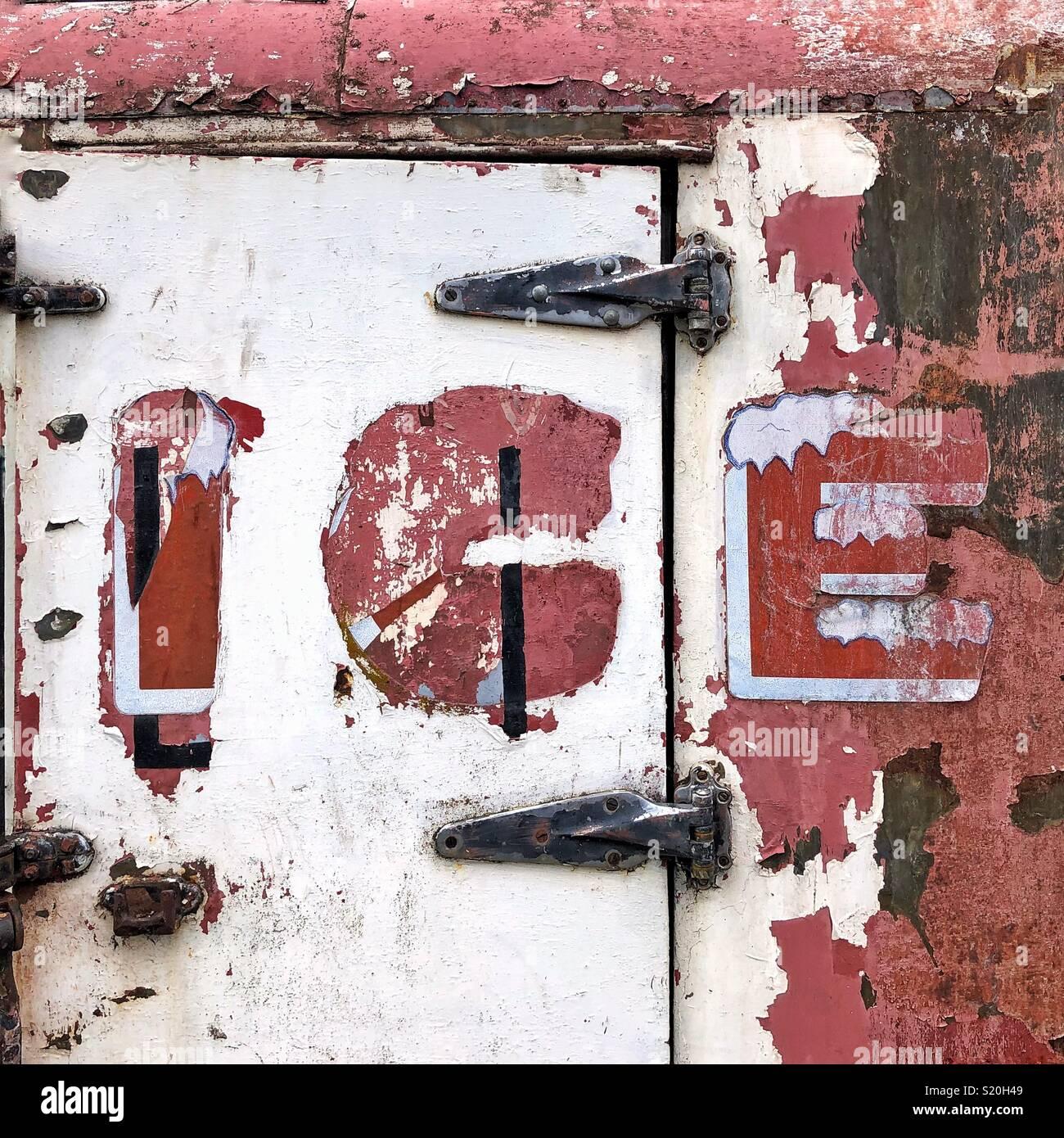 Vecchio weathered ice box nella città di antilope, Oregon Immagini Stock