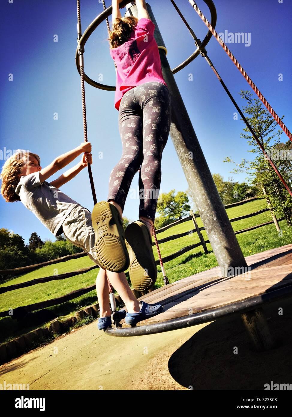 Bambini che giocano nel parco. Azione girato Immagini Stock
