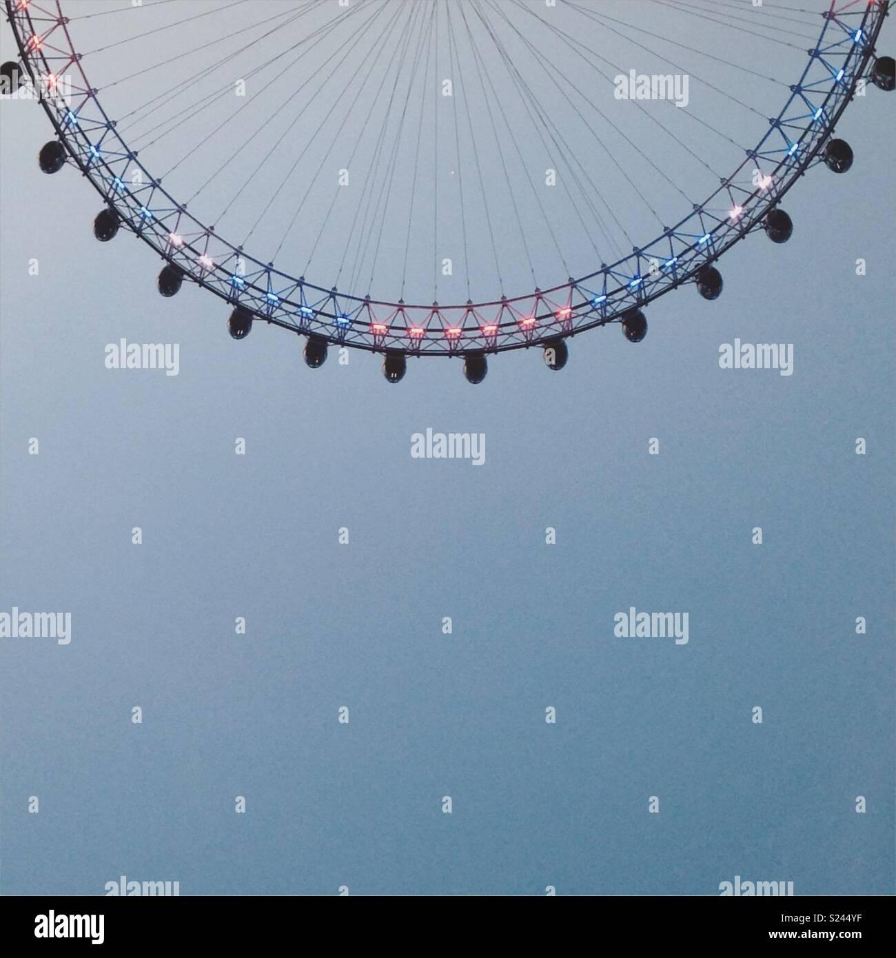 London Eye ruota gigante capovolto - un'immagine inusuale di un simbolo di Londra Immagini Stock