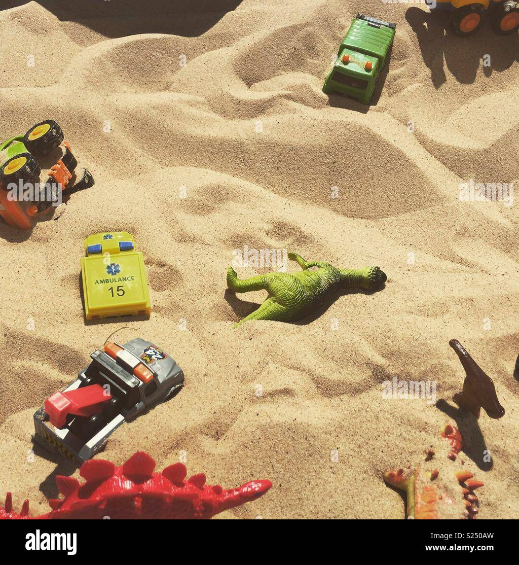 Giocattoli in una buca di sabbia Immagini Stock