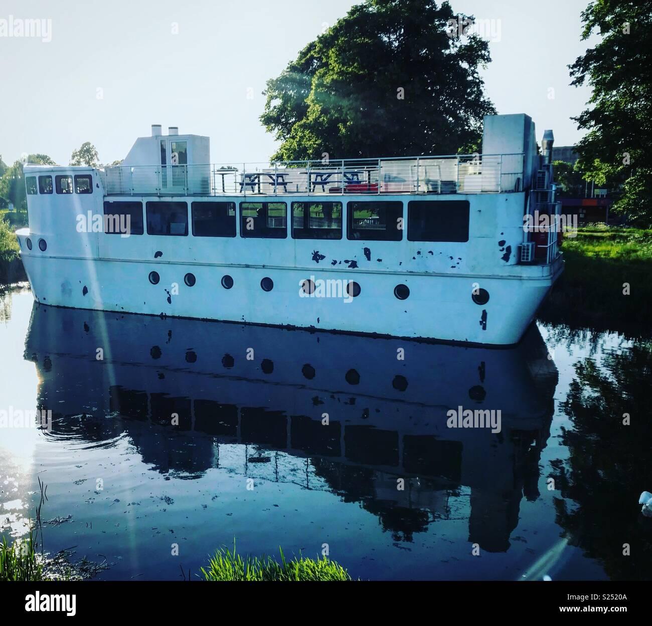 Vecchia barca in acqua con la riflessione. Foto Stock