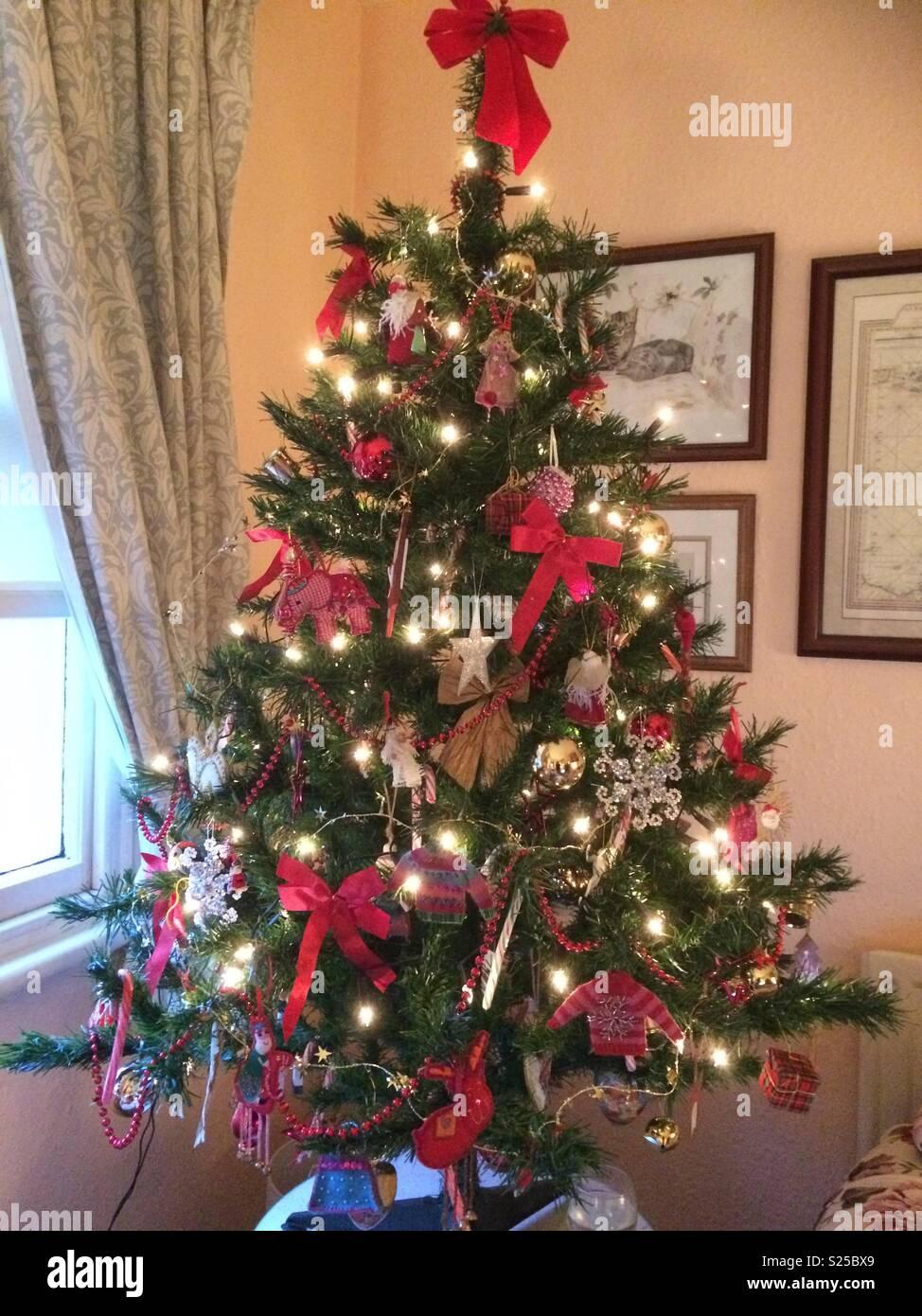 Albero Di Natale In Inglese.Tradizionale Albero Di Natale In Cottage Inglese Uk Foto Stock Alamy