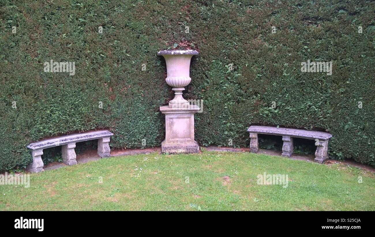 Panche In Pietra Da Giardino.Urna Di Pietra E Panche Da Perfettamente Rifilati Hedge In Un Grande