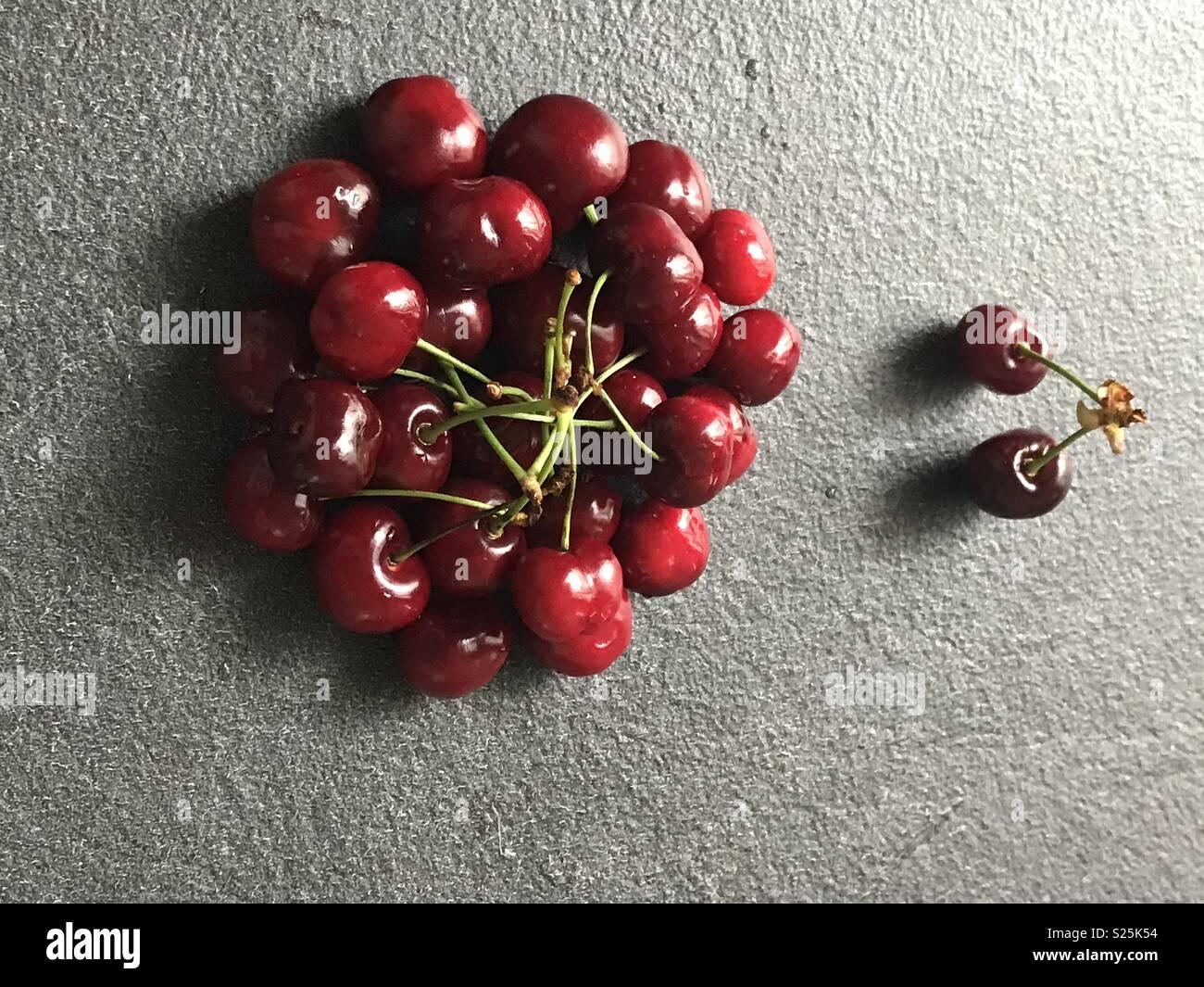 Discriminazione metafore usando le ciliegie e i loro colori diversi Immagini Stock