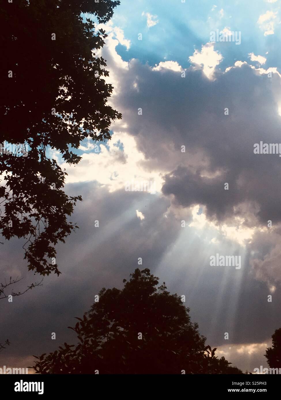 I raggi di luce attraverso le nuvole Immagini Stock