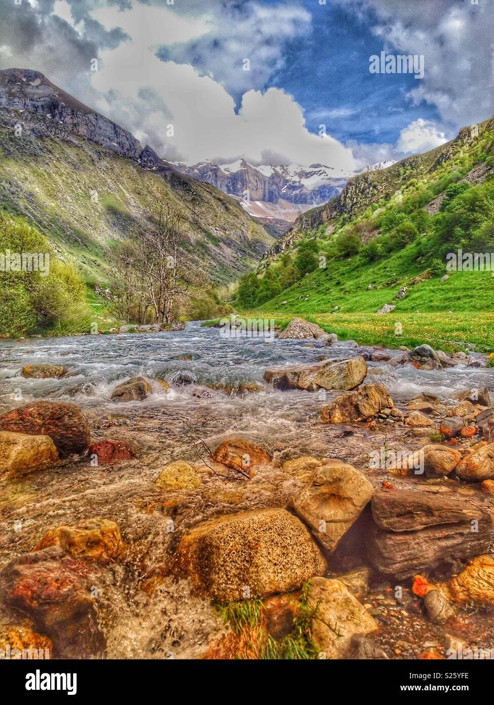 Il fiume Gave e Troumouse Circus in Hautes-Pyrenees, Occitanie Francia Immagini Stock
