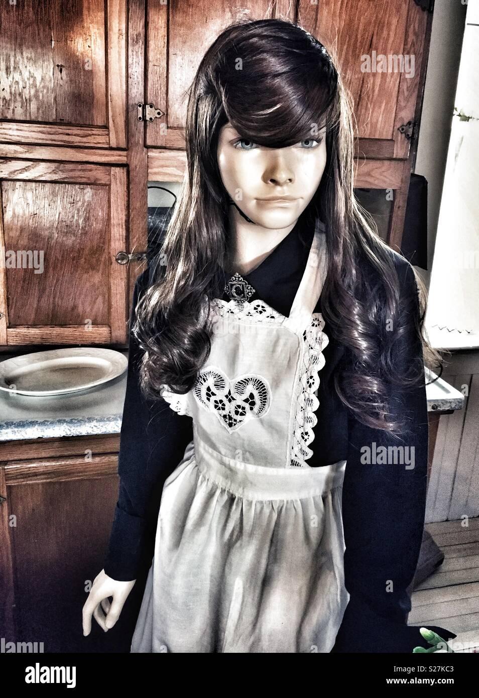 987d3390a9cb Manichino con capelli lunghi marrone in bianco Lacey cuore grembiule e abito  nero Immagini Stock