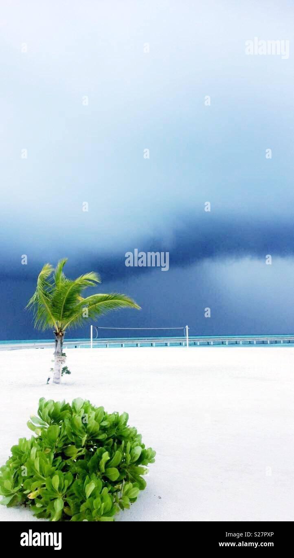 Storm brewing sulla spiaggia in paradiso Immagini Stock