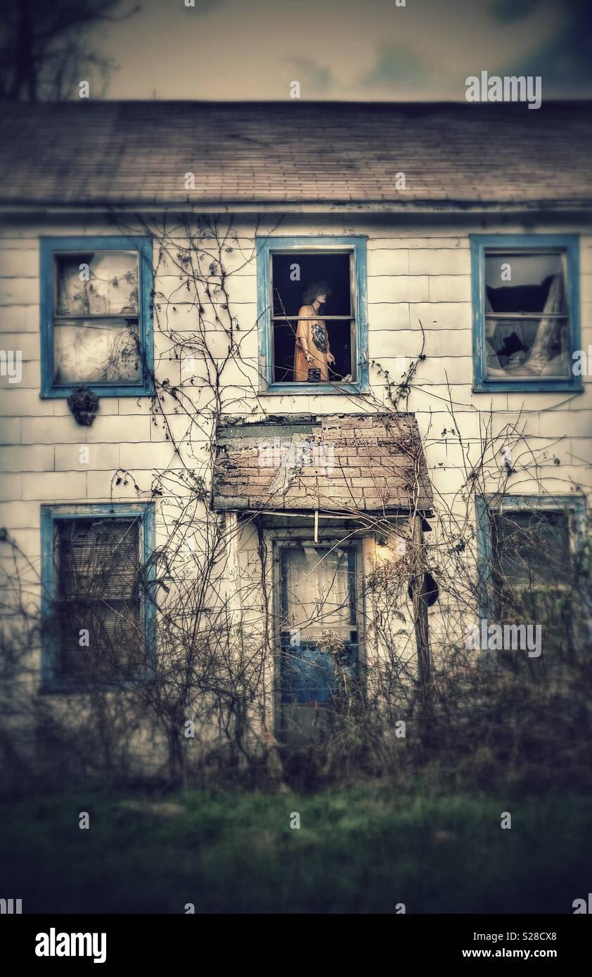 Creepy manichino in casa abbandonata. Immagini Stock