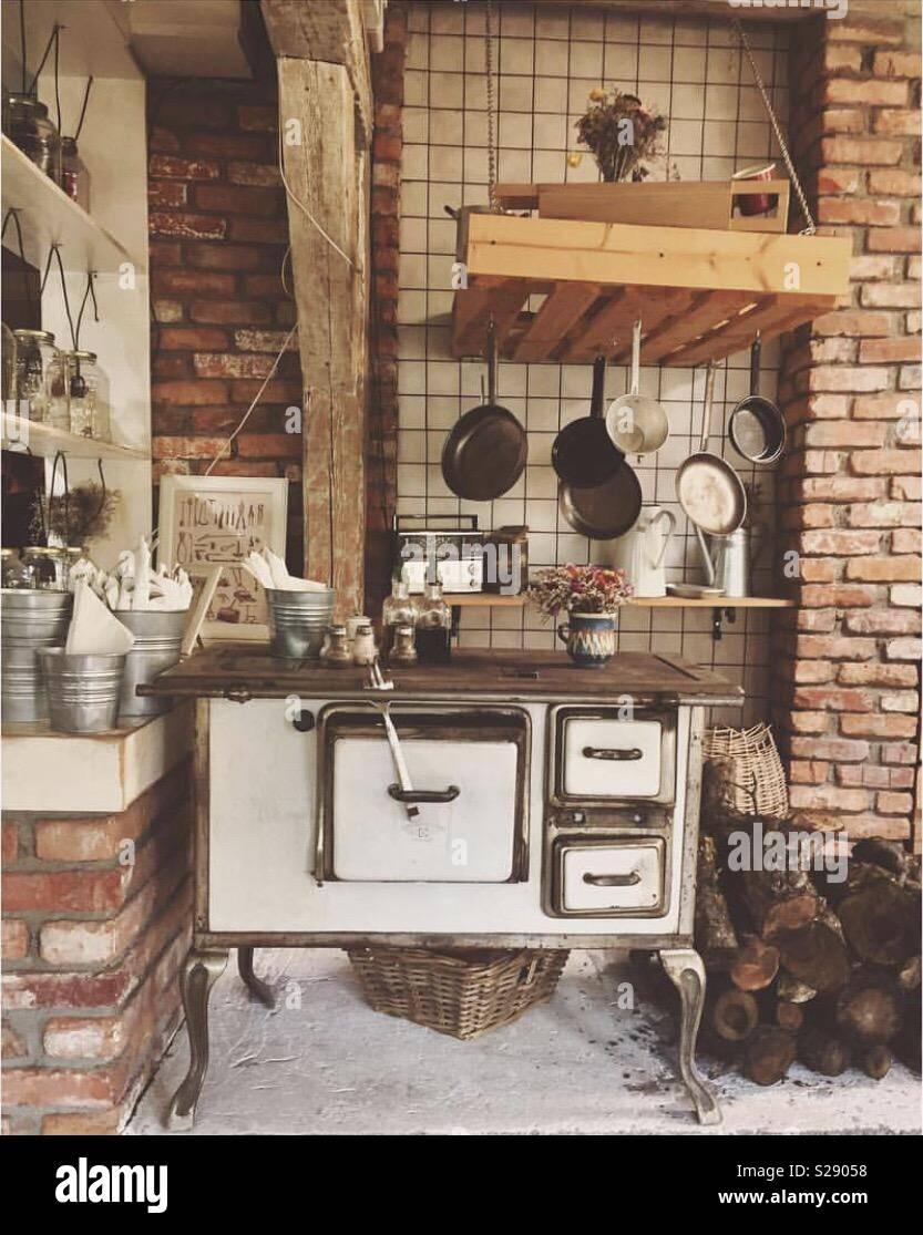 Vintage cucina con forno a legna tradizionale Foto & Immagine Stock ...