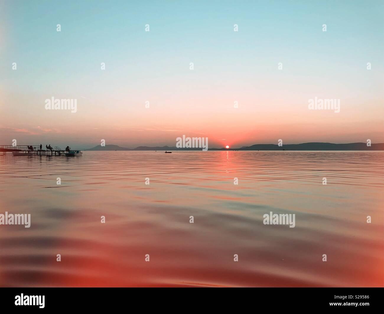 La masterizzazione del tramonto su acque calme - Lago Balaton Immagini Stock