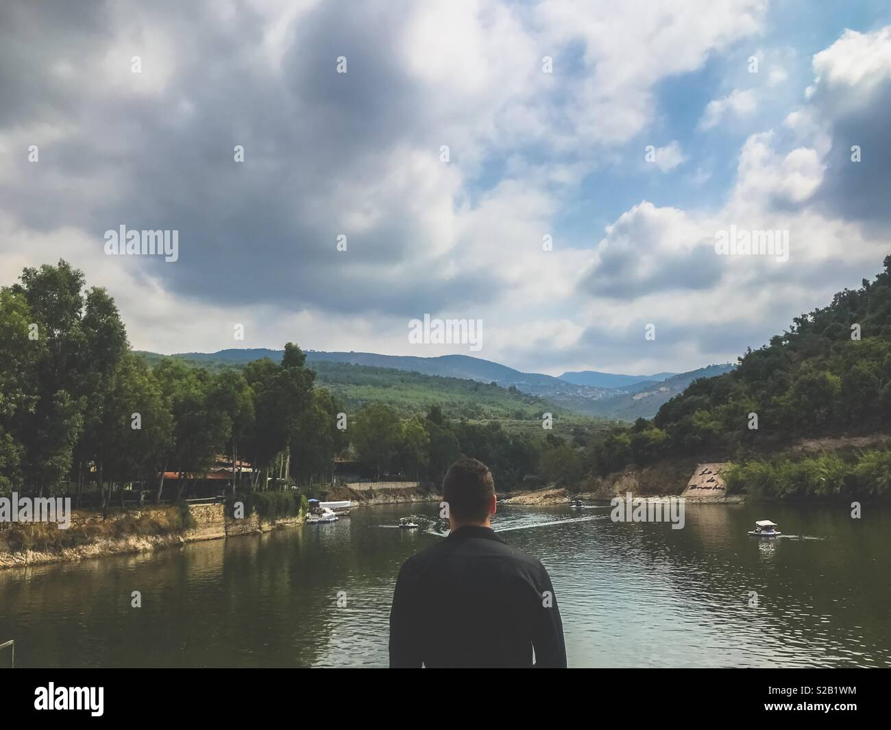 Millenial uomo guardando lo splendido lago bnachii in Libano Immagini Stock