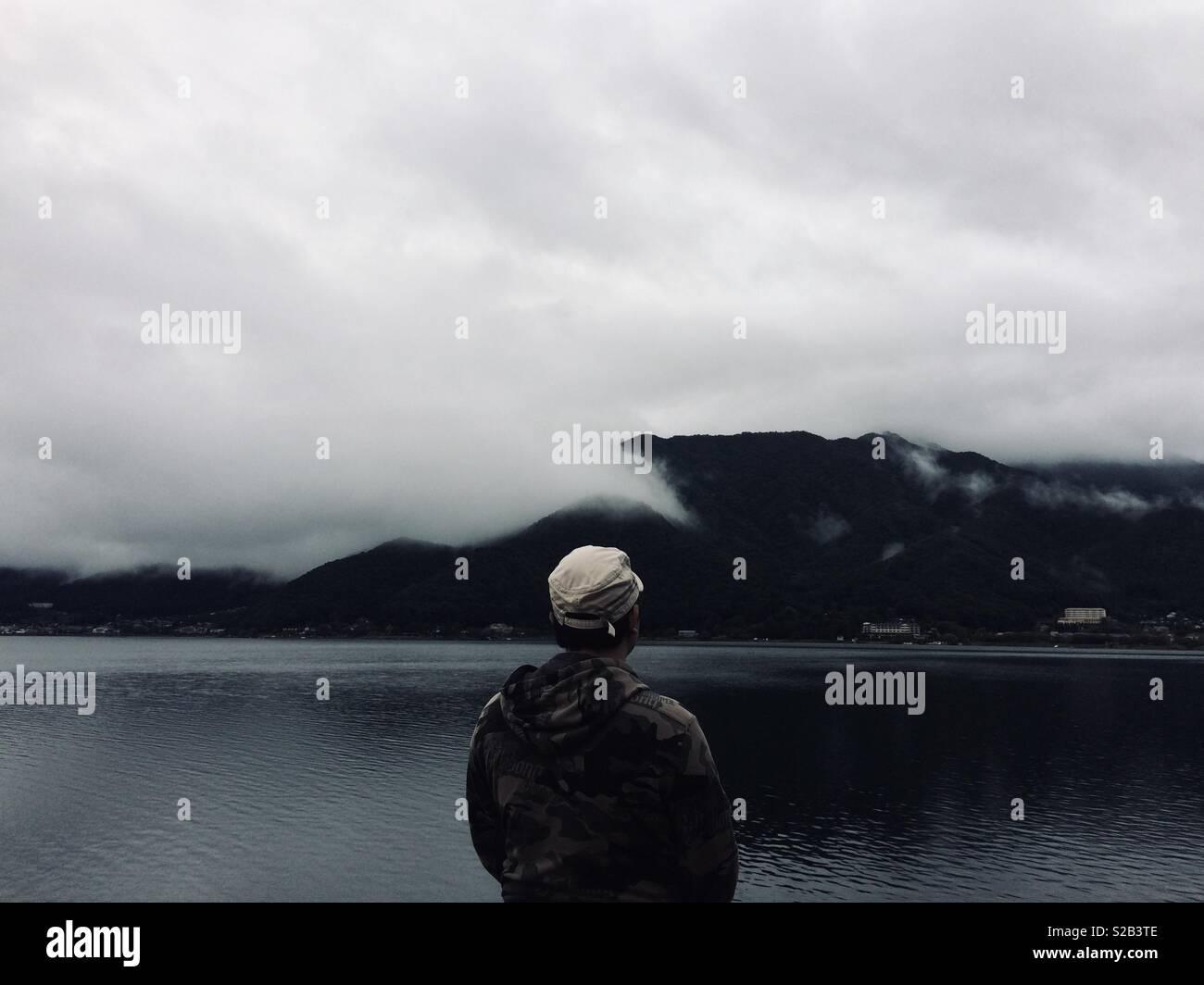 Guardando il Lago Kawaguchi Immagini Stock