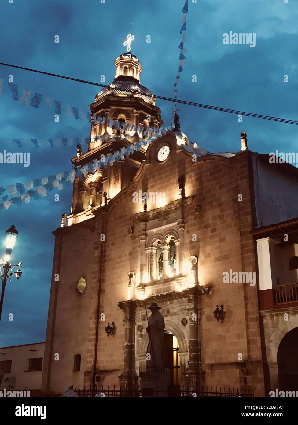 Cielo azul iglesia iluminada Immagini Stock