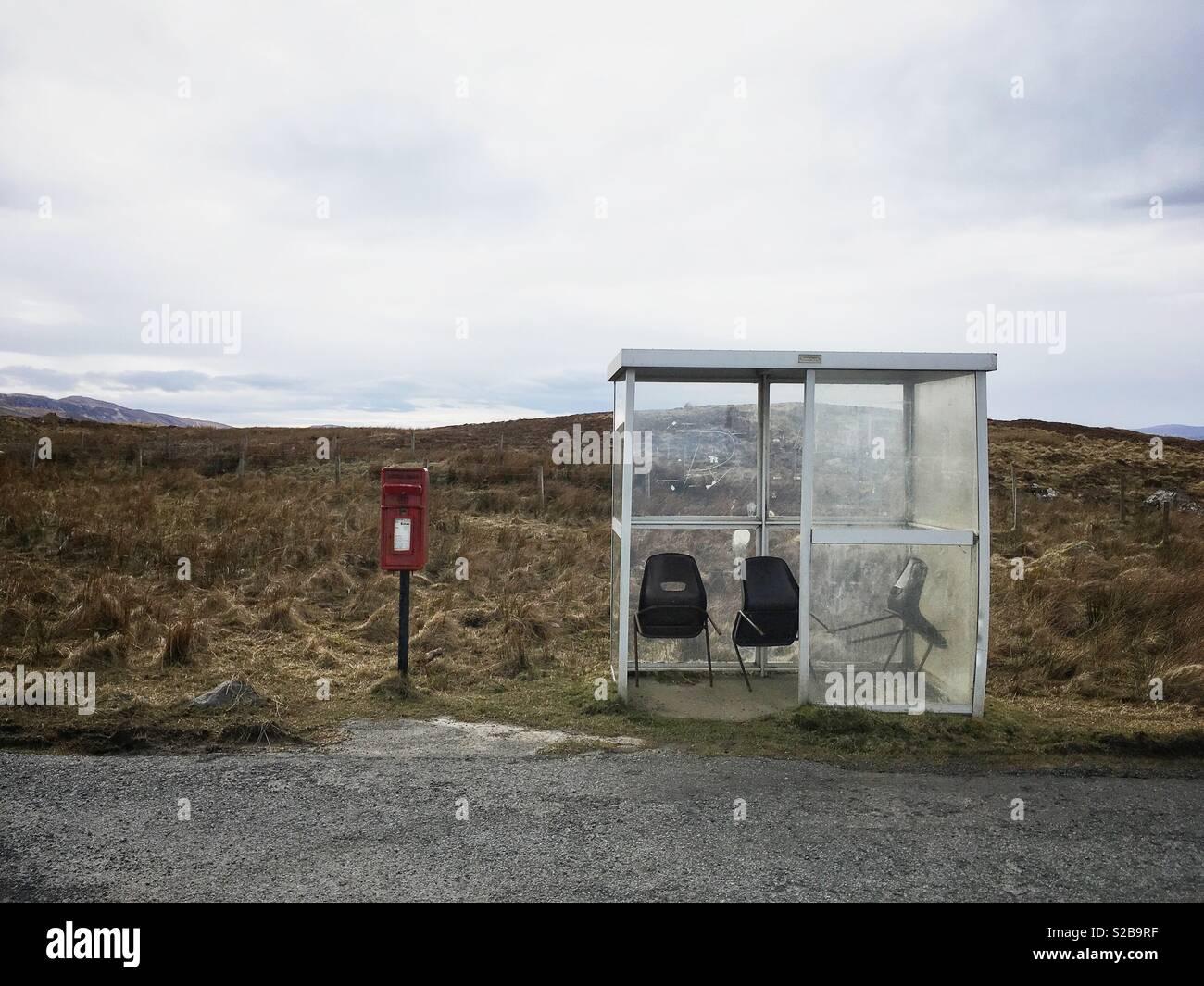 Rural fermata bus e postbox, Isola di Skye in Scozia. Immagini Stock