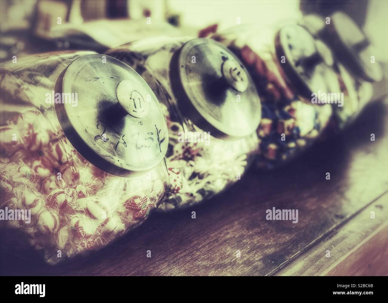 Candy vasetti allineati sul banco di negozio Immagini Stock