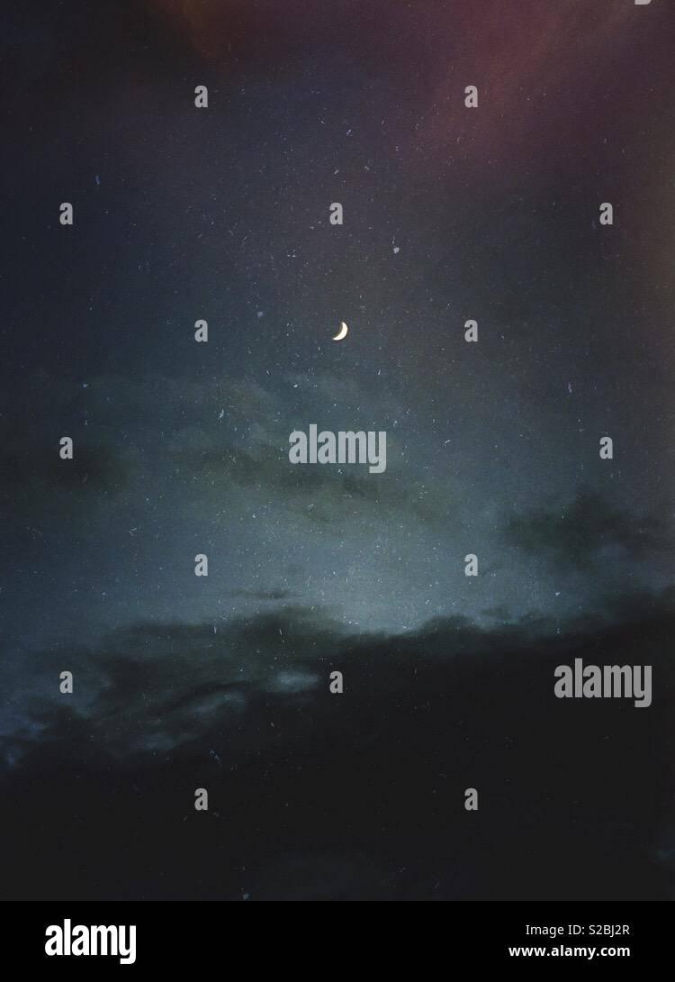 Falce di luna tra le stelle e le nuvole. Immagini Stock