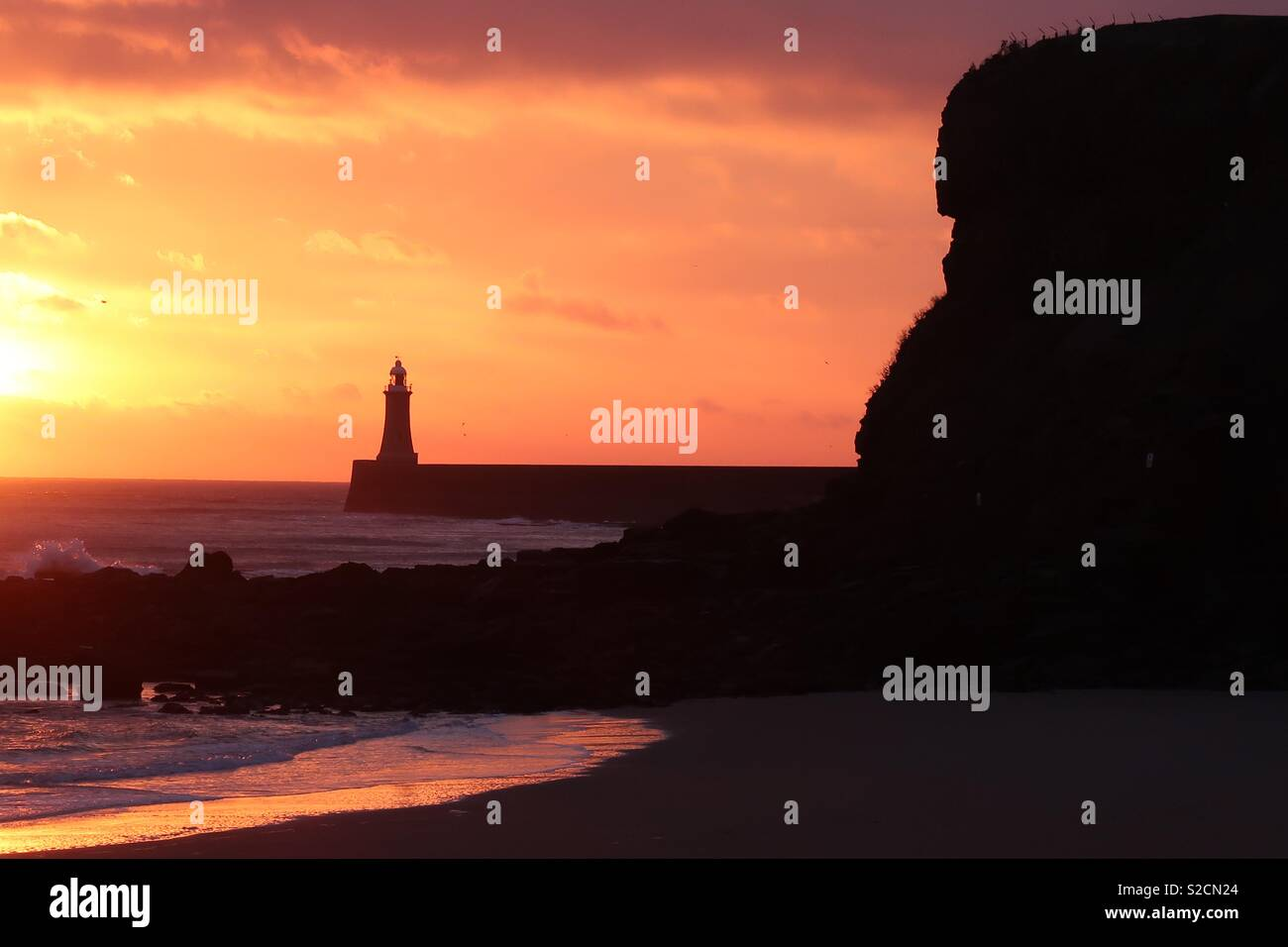 Il molo di Tynemouth da King Edwards Bay Foto Stock