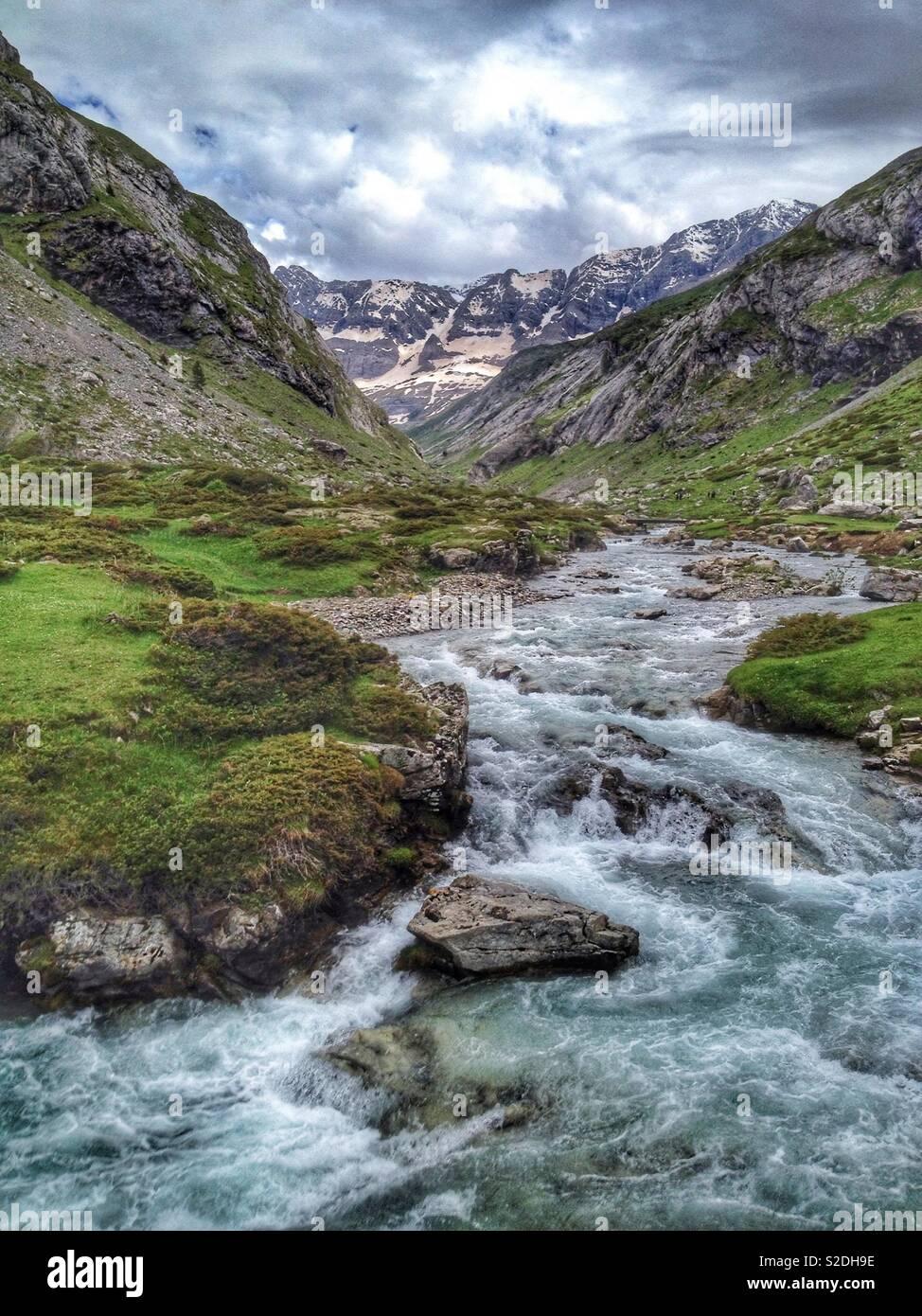 Il torrente ha dato de Marcadau a Pont d'Espagne, Hautes-Pyrenees, Cauterets, Occitanie Francia Immagini Stock