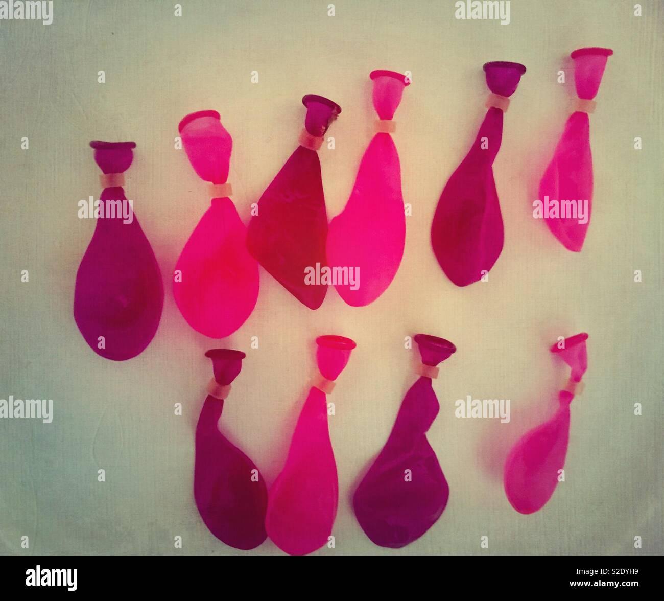 Righe Colorato Di Rosa E Viola Palloncini Di Acqua Contro Uno Sfondo