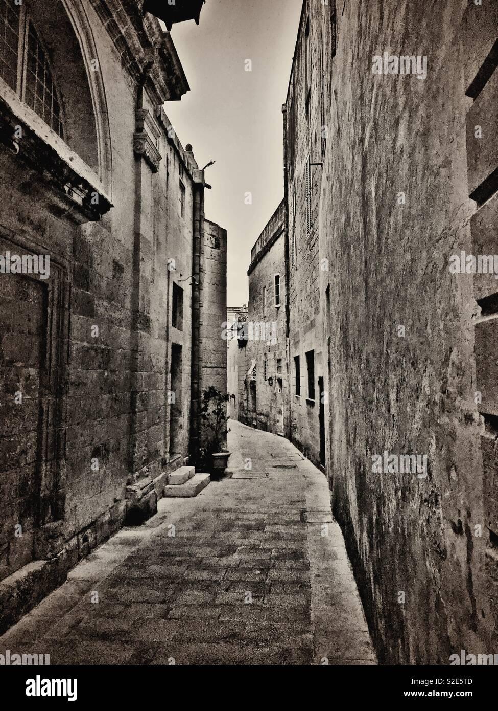 Piccola strada nella città medievale di Mdina a Malta Foto Stock