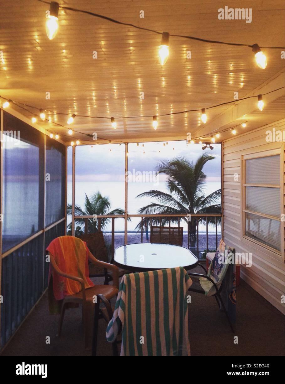 Luci di stringa decorare un accogliente patio sul fronte spiaggia su una casa di vacanza in Florida Foto Stock