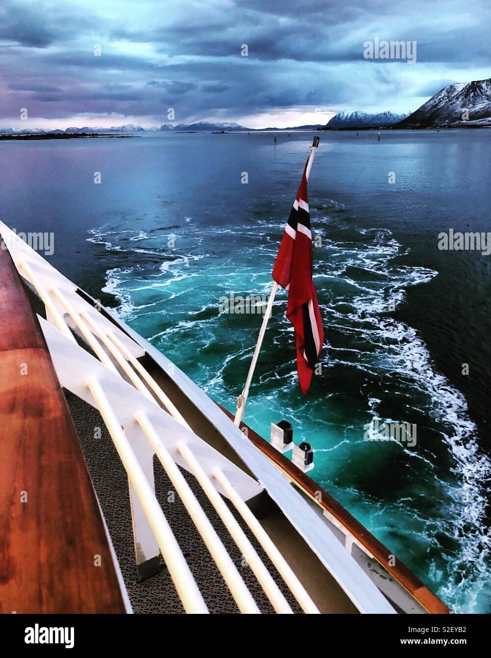 La poppa della nave Hurtigruten MS Polarlys nelle Isole Lofoten in Norvegia. Foto Stock