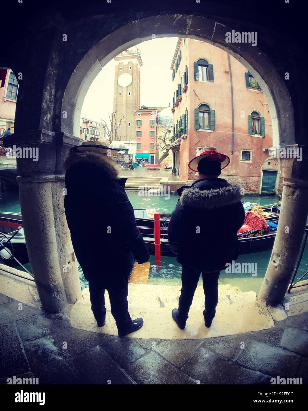 Gondolieri in attesa di una tariffa Foto Stock