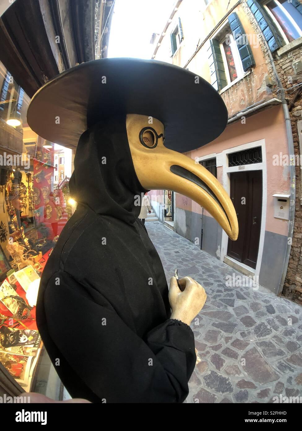 Medico della Peste display fittizia al di fuori del negozio a Venezia. Foto Stock