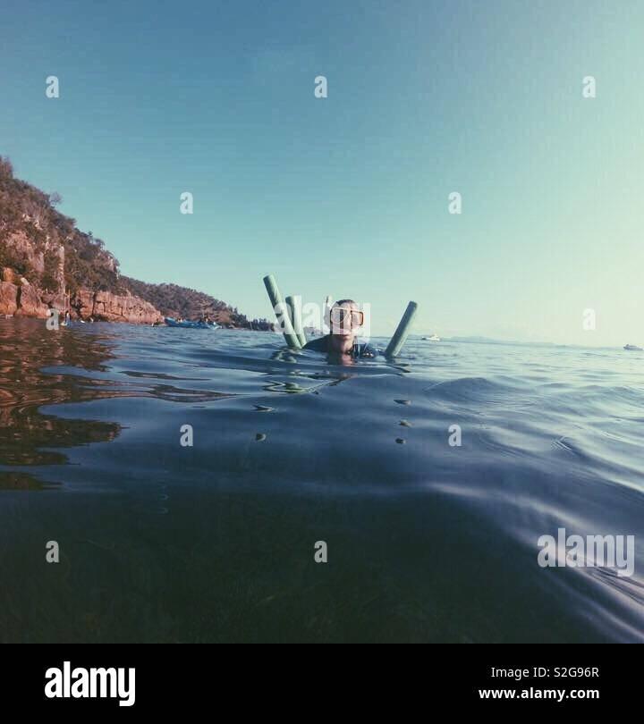 Cercando di rimanere a galla in mari whitsunday Foto Stock
