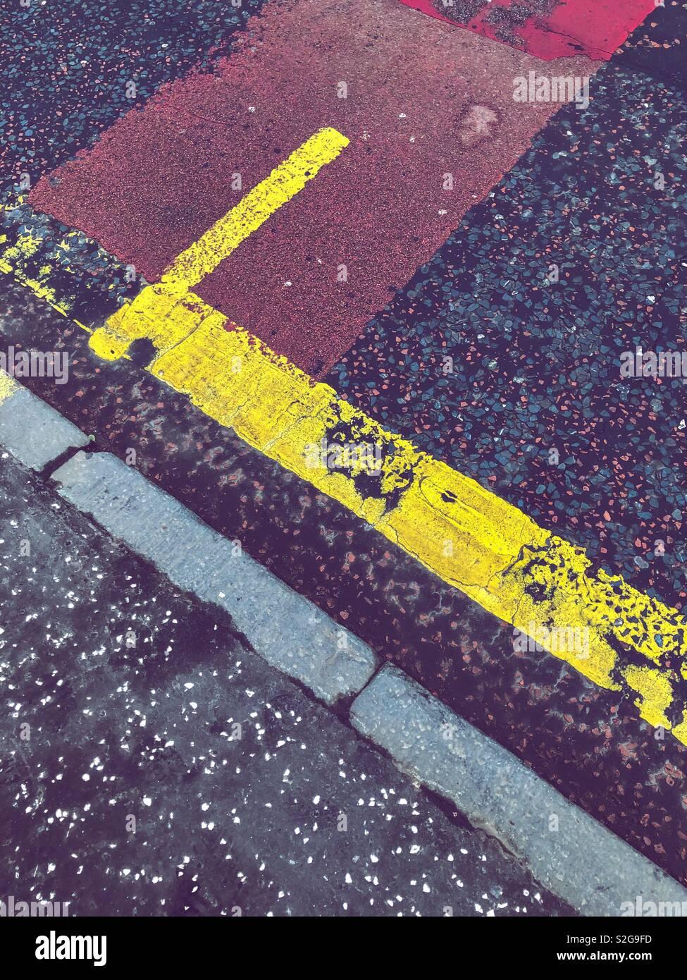 La segnaletica stradale orizzontale. Glasgow. La Scozia. Regno Unito. Foto Stock
