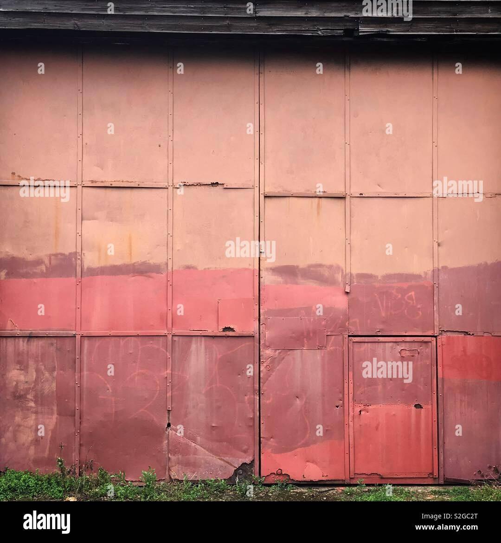 Vecchi e usurati rivestito in acciaio porte di officina Foto Stock