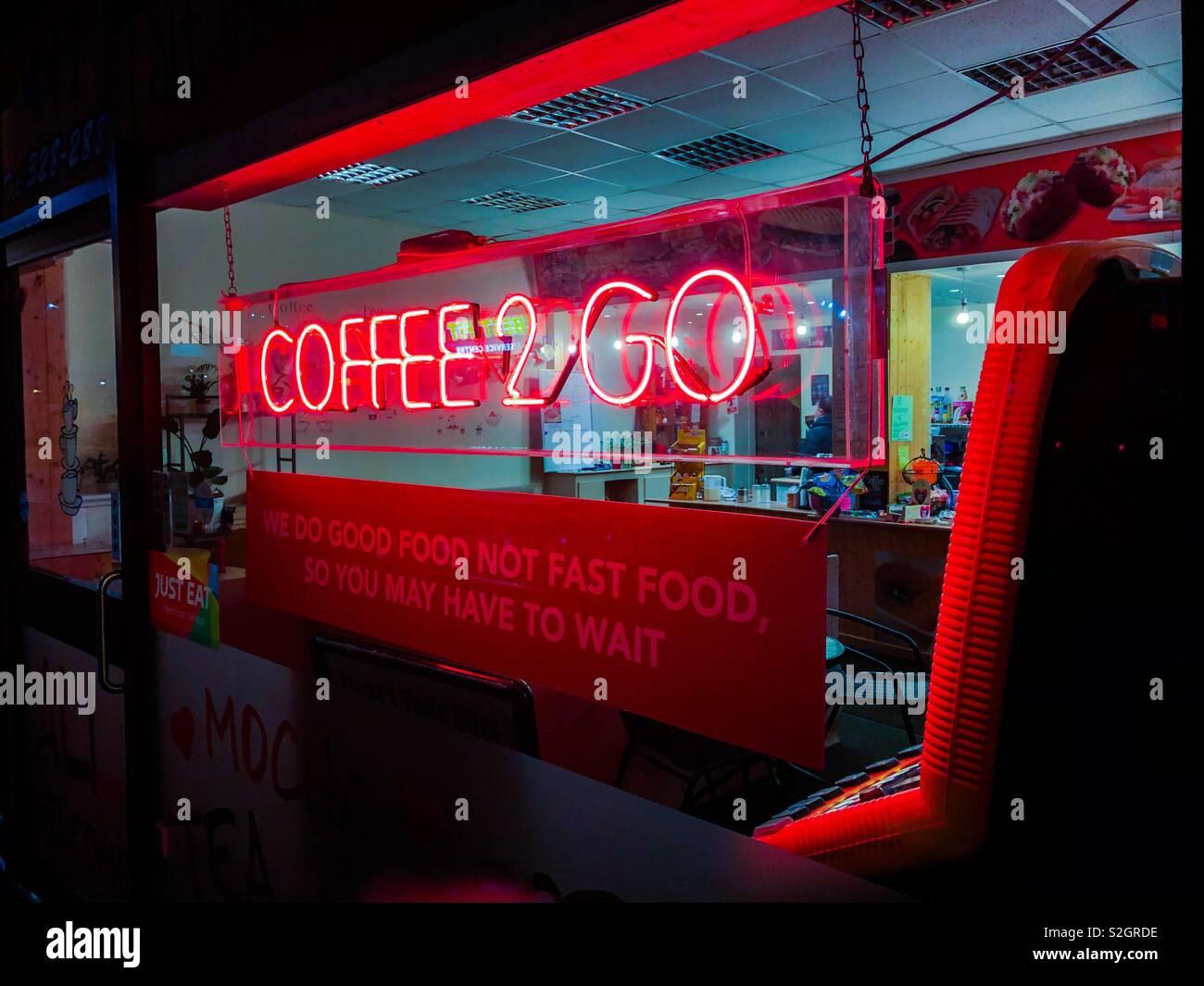 Caffè 2 Go insegna al neon. Glasgow. La Scozia. Regno Unito. Foto Stock