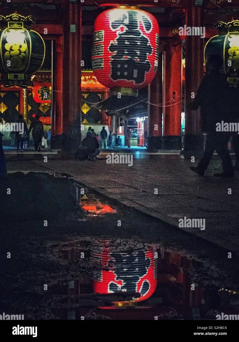 Tempio di Sensoji di sera di un giorno di pioggia Foto Stock